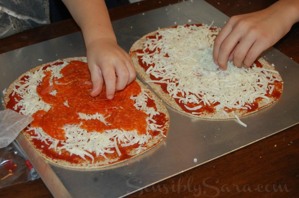 #kidsinthekitchen - Flatout Flatbread Pizza | SensiblySara.com