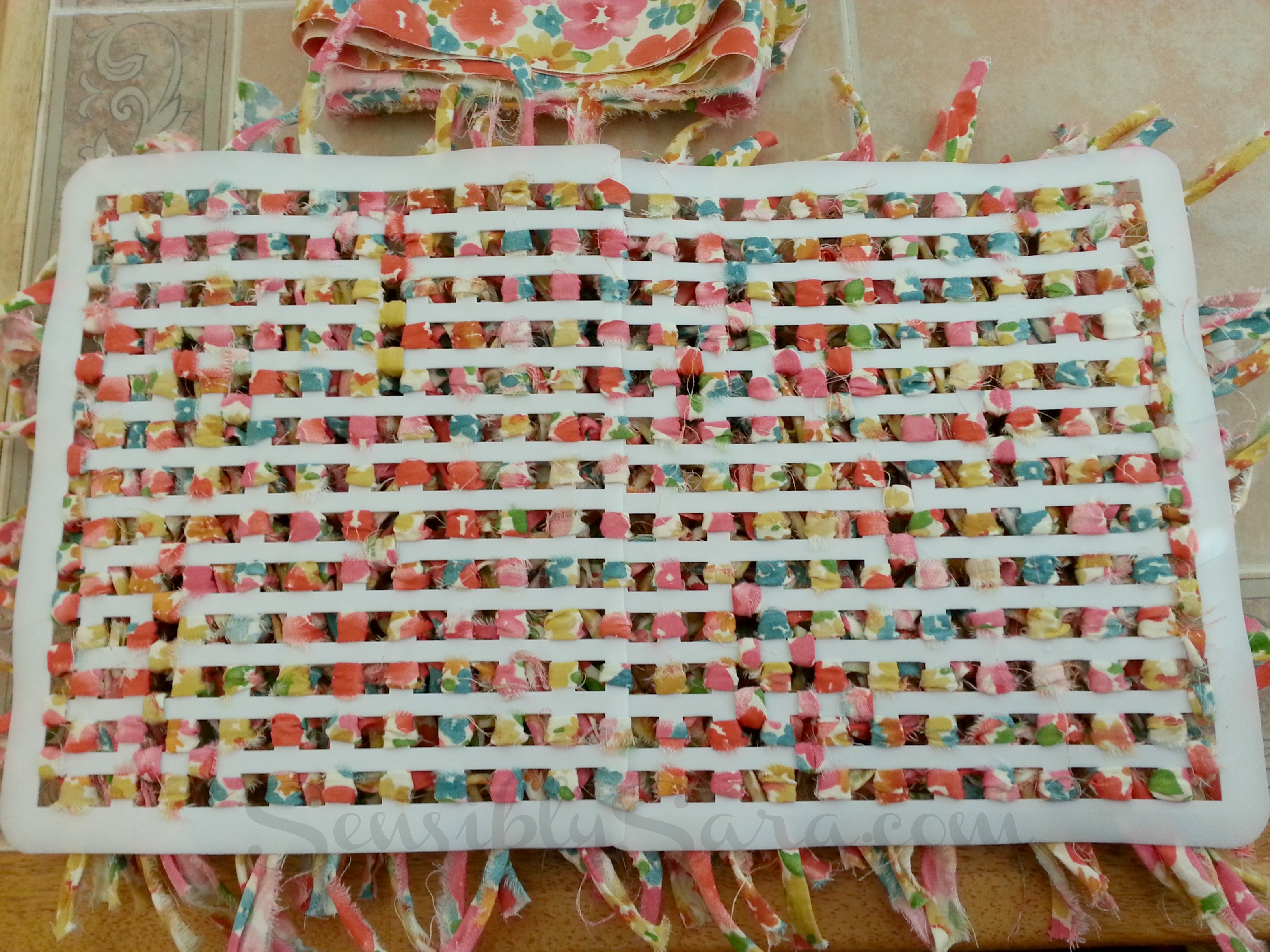 Rag rug diy waverize sensiblysaracom for Diy fabric carpet