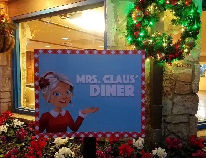 Dinner with Mrs. Claus at the San Antonio Zoo | SensiblySara.com